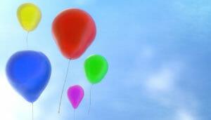 In einen Luftballon Helium einfüllen und das Schwebevergnügen verlängern